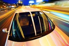 Auto in nachtstad Royalty-vrije Stock Afbeelding