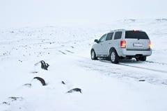 Auto nicht für den Straßenverkehr auf der Snowy-Straße Lizenzfreie Stockfotos