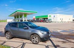Auto Nissan Qashqai auf dem Hintergrund von BP-Tankstelle Stockfoto