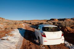 Auto off-road in woestijn Royalty-vrije Stock Fotografie