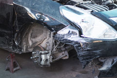 Auto om reparatie na ongeval op een reparatiewerkplaats te zijn Stock Foto