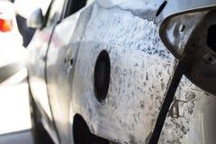 Auto om reparatie na ongeval op een reparatiewerkplaats te zijn Stock Foto's