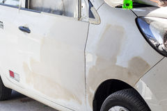 Auto om reparatie na ongeval op een reparatiewerkplaats te zijn Stock Afbeeldingen