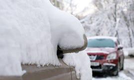 Auto onder sneeuw Stock Foto
