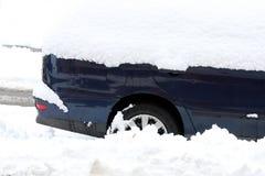 Auto onder sneeuw Stock Afbeeldingen