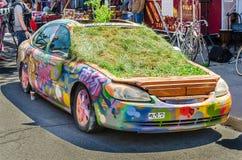 Auto onderaan Kensington-Markt in Graffiti en installaties wordt behandeld die Stock Foto's