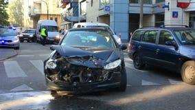 Auto in ongeval wordt verpletterd dat stock videobeelden