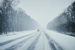 Auto in onweer op de winterweg met verkeer Gevaar het drijven in de winter Eerste persoonsmening royalty-vrije stock afbeeldingen