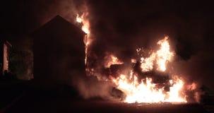 Auto op brand met een plattelandshuisje wordt gehaald dat stock videobeelden