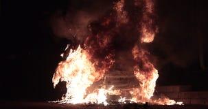 Auto op brand met largesvlammen die wordt gehaald stock videobeelden