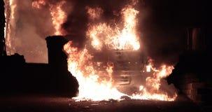 Auto op brand wordt gehaald die stock video