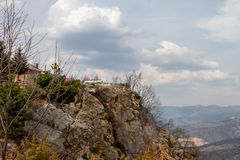 Auto op Cliff Clouds Above en Mooie Aardoriëntatiepunten dat rond wordt geparkeerd royalty-vrije stock fotografie