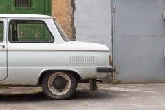 Auto op de achtergrondmuur van een gebouw Royalty-vrije Stock Foto's