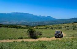 Auto op de bergweg Royalty-vrije Stock Foto