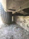 Auto op de rand van betonweg wordt geplakt die royalty-vrije stock afbeelding