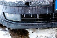 Auto op de straat door ijzige regen wordt behandeld die royalty-vrije stock foto