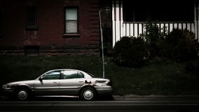 Auto op de straat tegen twee flatgebouwen wordt geparkeerd dat royalty-vrije stock afbeeldingen