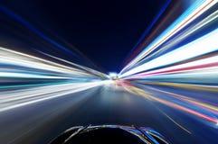 Auto op de weg royalty-vrije stock afbeeldingen