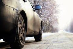 Auto op de weg in de winter Royalty-vrije Stock Fotografie