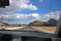 Auto op de weg in het geval van het kruisen De bewolkte hemel van blauw stock fotografie