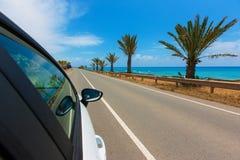2 auto op de weg langs de kust van de Middellandse Zee met Royalty-vrije Stock Afbeelding