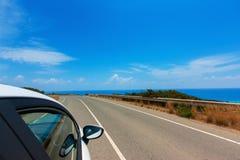 Auto op de weg langs de kust van de Middellandse Zee met mo Stock Foto