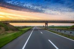 Auto op de weg met de achtergrond van het motieonduidelijke beeld Stock Foto