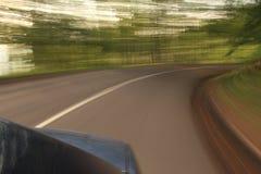 Auto op de weg met motieonduidelijk beeld Stock Fotografie