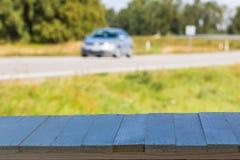 Auto op de weg met motieonduidelijk beeld De vage Achtergrond van het Beeld Kleurrijk behang met exemplaarruimte Stock Afbeeldingen