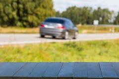 Auto op de weg met motieonduidelijk beeld De vage Achtergrond van het Beeld Kleurrijk behang met exemplaarruimte Royalty-vrije Stock Afbeelding