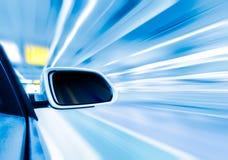 Auto op de wegwhit achtergrond van het motieonduidelijke beeld Stock Afbeelding