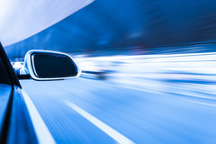 Auto op de wegwhit achtergrond van het motieonduidelijke beeld Stock Afbeeldingen
