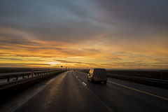 Auto op de zonsondergangweg Royalty-vrije Stock Fotografie