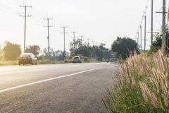 Auto op een asfaltweg tussen gebied royalty-vrije stock fotografie