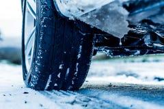 Auto op een de winterweg Stock Foto's