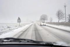 Auto op een de winterweg Stock Foto