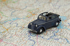 Auto op een Kaart Royalty-vrije Stock Afbeeldingen