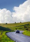 Auto op een landweg royalty-vrije stock fotografie