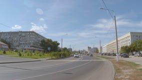 Auto op een stadsstraat stock videobeelden
