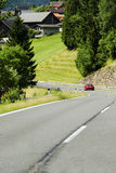 Auto op een weg in alpen Stock Afbeeldingen