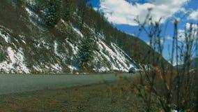Auto op een windende weg in de heuvels stock footage