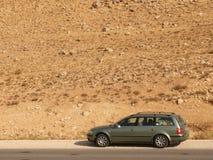 Auto op een woestijnweg Stock Foto