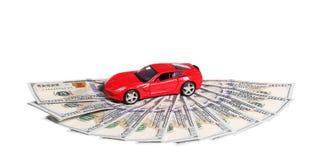 Auto op geldcontant geld op wit wordt geïsoleerd dat stock afbeeldingen
