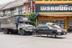 Auto op hefbomen in straat stock afbeelding