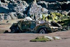 Auto op het strand wordt geparkeerd dat royalty-vrije stock afbeelding