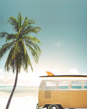 Auto op het tropische strand wordt geparkeerd dat royalty-vrije stock afbeelding