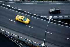 Auto op het viaduct royalty-vrije stock fotografie