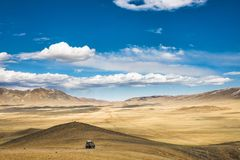 Auto op hoge bergheuvel Royalty-vrije Stock Foto
