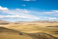 Auto op hoge bergheuvel Royalty-vrije Stock Foto's