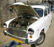 Auto op mechanische workshop, Delhi stock fotografie